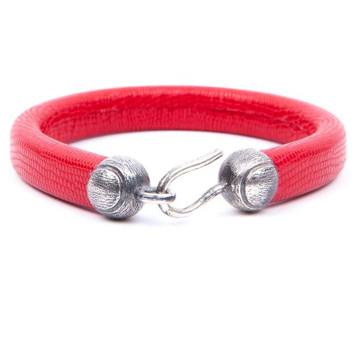 Pulsera Puntaco. Pulsera de cuero en color rojo y cierre de bolas en plata de ley envejecida.