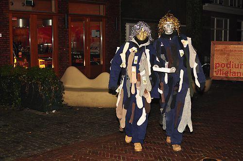 """Opkleden wordt gevierd op 5 december, behalve als 5 december op een zondag valt. opkledenEen traditie alleen voor én door Vlielanders! De Vlielander bevolking gaat verkleed in zelfgemaakte pakken om een gebeurtenis of een persoon uit te beelden. In het dorp gaan alle zo genoemde Sinterklazen langs de open deuren waar de """"raders"""" klaar zitten om de Sinterklazen te ontmaskeren. Dit doet men door in het oor van de Sinterklaas zijn of haar naam te fluisteren. Om 23.00 uur  démasque!"""