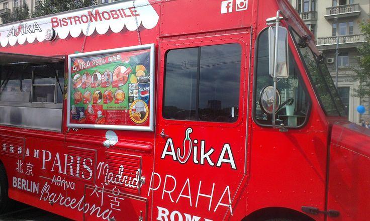 Праздник Ретро-Парад Автобусов в Москве. Фрунзенская набережная. Парк ку...
