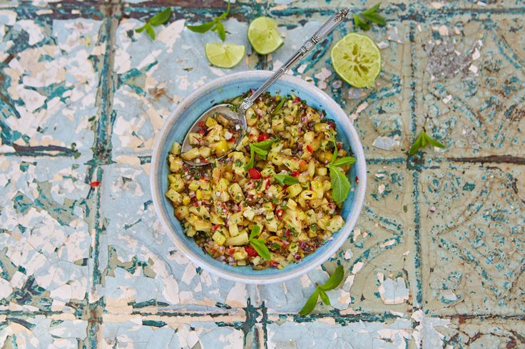 Sweet, spicy and super fresh, homemade pineapple salsa is a sure-fire crowd pleaser. Here, we show you how to make charred pineapple salsa step by step.