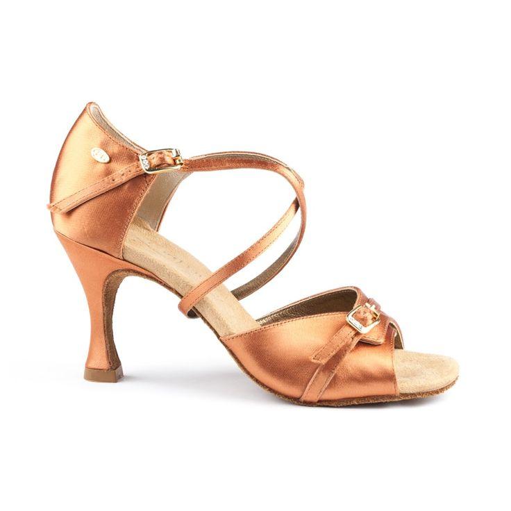 Denne model PD636 Premium er en fremragende dansesko, latin. Skoen er udført i mørk bronze satin og  fåes hos Nordic Dance Shoes: http://www.nordicdanceshoes.dk/portdance-pd636-premium-moerk-bronze-satin-dansesko#utm_source=pin