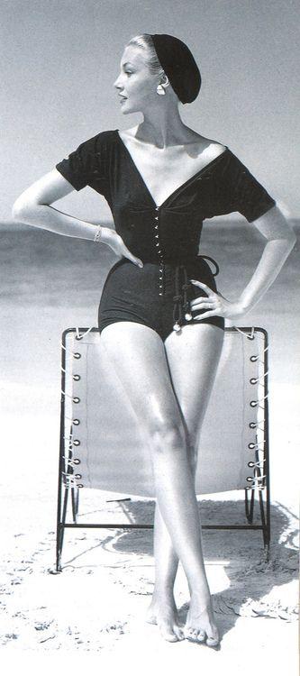 """Claire McCardell (1905-1958) era um americana designer de moda na arena de prêt-à-porter no século 20. A partir dos anos 1930 aos anos 1950, ela era conhecida por projetar sportswear das mulheres funcionais, a preços acessíveis, e elegantes dentro das limitações de produção em massa, e é reconhecido hoje como o criador do """"olhar americano"""". Sem esforço playsuit de McCardell , moderno , abotoando na frente, amarrado na cintura e desgastado com uma boina """" . Foto por John Rawlings de 1953 ."""