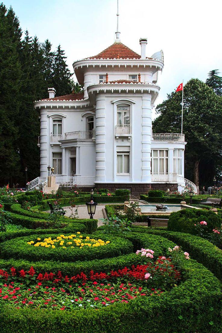 Atatürk köşkü müzesi/Trabzon/// Orman içinde yer alan bina, Kostantin Kabayanidis tarafından 1890 yılında yazlık olarak yaptırılmıştır. Avrupa ve Batı Rönesans mimarisinin etkilerini taşıyan binada büyük ve gösterişli Avrupa simgeleri kullanılmıştır. Köşkün dış cephesi taş işçiliği göstermekte olup, iç cephesi Bağdadî tekniğindedir.