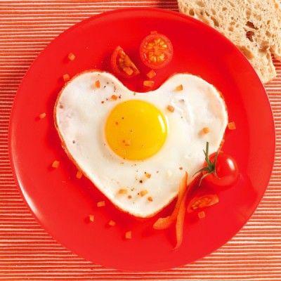 Pour donner une forme de cœur à vos œufs au plat, où même à vous gâteaux et cookies car il passe au four, le lot de 2 formes à œufs par Mastrad Baby sera l'accessoire parfait !