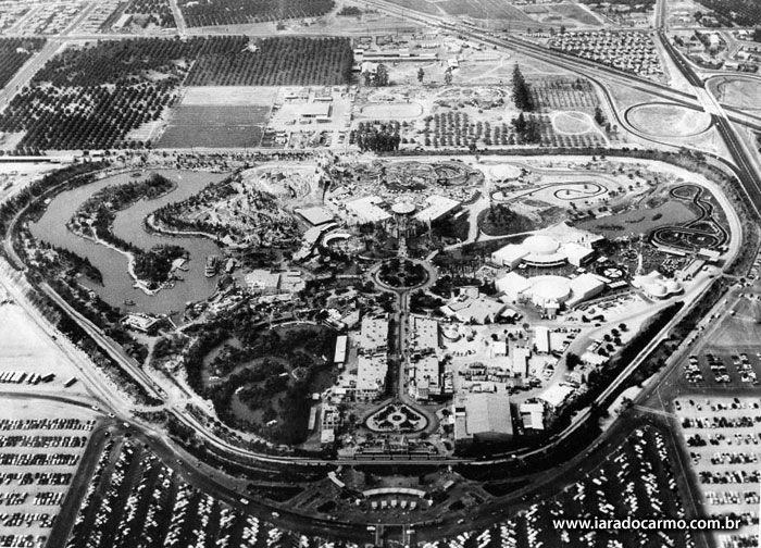IARA DO CARMO. Colunista Social Disneylândia - visão aérea em 1956.