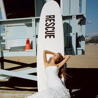 Романтичные силуэты и струящиеся ткани – идеальный выбор для церемонии на побережье