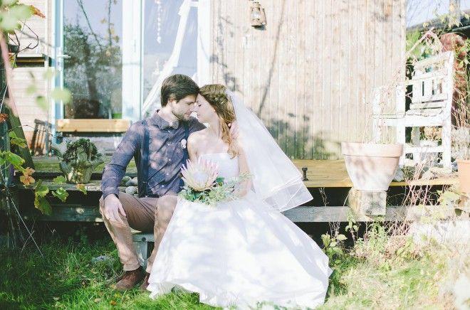 romantisches Brautpaar bei Wald und Wiesen Hochzeit mit Brautkleid in 7/8 Länge und Stiefelletten zum Hochzeitsoutfit mit Petticoat (www.noni-mode.de - Foto: Le Hai Linh)