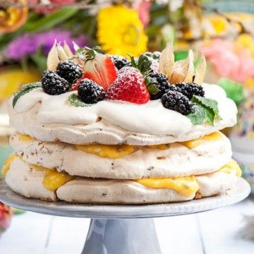Pistagemarängtårta med citron-och passionsfruktscurd - Recept - Tasteline.com
