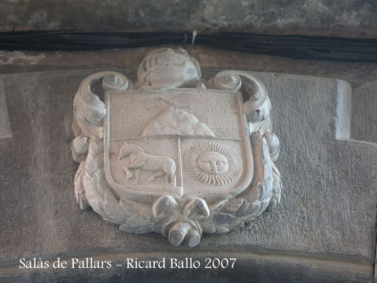 #salàsdepallars #pallarsjussa Un escut heràldic que presideix la porta d'entrada d'una edificació de Salàs.
