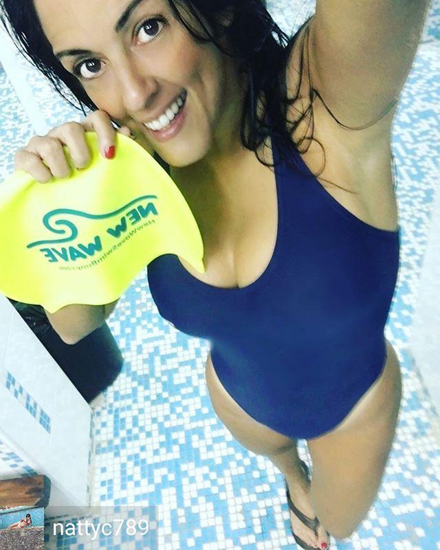 Credit to @nattyc789 : Loco=Nadador Los nadadores estamos locos por que simple y sencillamente dime alguien no loco que se la pase dando vueltas y vueltas en una piscina (alberca o pileta). Alguien que prefiera ir a entrenamientos y competencias que ir a fiestas o eventos sociales. Estomos locos por que hemos descubierto que la natación no es solo un deporte o un entrenamiento si no UN ESTILO DE VIDA! . . . .  Este gorro es el mejor es súper cómodo ni se siente no me hala el cabello y lo…