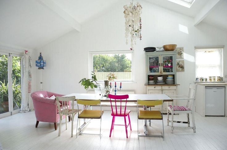 Aposte em cadeiras com diferentes cores e estilos para um mesmo ambiente. Assim além de conforto o ambiente também ficará super estiloso! ;)   http://carrodemo.la/3905f