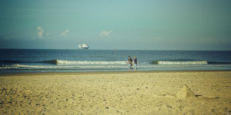 """Ostbadestrand """"Weiße Düne"""":  Ruhe pur genießt man auf dem Ostbadestrand. Er liegt wenige Kilometer östlich des Stadtkerns und ist zu Fuß, mit dem Fahrrad oder bequem per Linienbus erreichbar. Hunde sind ebenfalls willkommen!"""