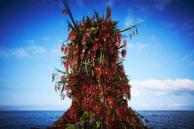 Een rode bloementoren dobbert eenzaam op zee (en dat is oké) | The Creators Project