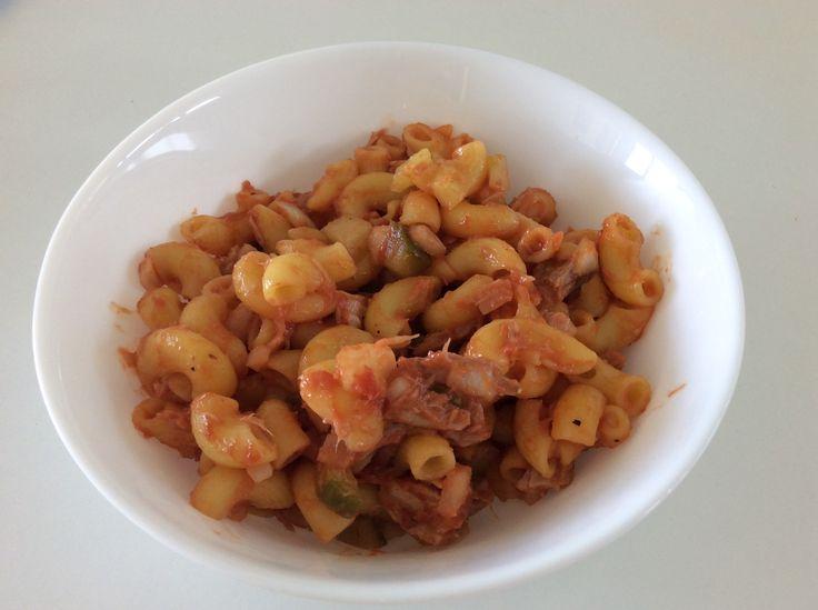 Kukuřičné těstoviny s tuňákem z konzervy, řeckým olivovým olejem, rajským protlakem, cibulí a kvašenými okurkami
