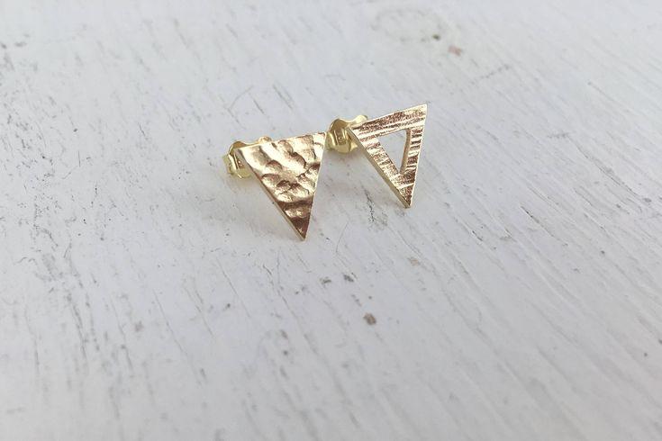 Voici ce que je viens d'ajouter dans ma boutique #etsy: Boucles d'oreilles triangles en or 10k #bijoux  #bouclesdoreilles #or
