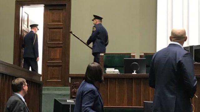 """""""Historyczne zdjęcie"""". Straż wynosi laskę marszałkowską z Sejmu"""