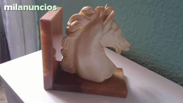 . Hola. Vendo cabeza de caballo muy bonita para decoracion.Tambien sirve de posalibros. Si estas interesado-a manda whatssup. Un saludo.