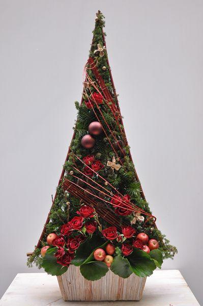 Formal Simbólico Arbol de Navidad. Proporción simétrica. Textural realizado a grupos con leve movimiento. Profundidad alta/media. Ritmo discontinuo. Punto focal con las bolas de navidad.