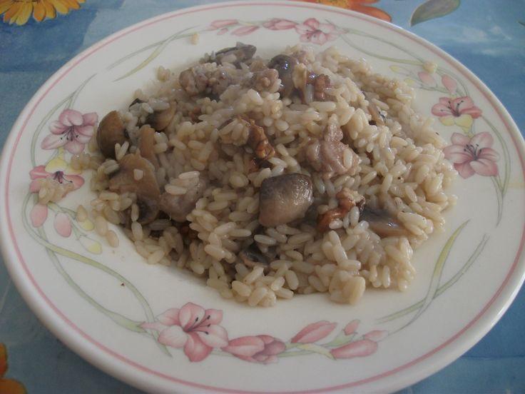 Risotto con salsiccia, funghi e noci http://blog.giallozafferano.it/gustidicasa/risotto-con-salsiccia-funghi-e-noci/