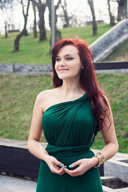 Maxi green dress #emeraldgreen #redhead