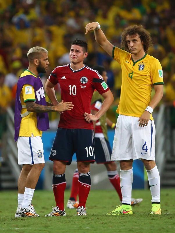 Dani Alves et David Luiz réconfortent James Rodriguez après la défaite de la Colombie 2-1 face au Brésil.