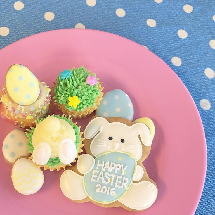 ・ 今日は春分の日。暖かい週末ですね。 そして、来週はイースター! プライベートレッスン用の見本クッキーとカップケーキです♡ ・ #easter #icingcookies #cupcakes #イースター #アイシングクッキー #カップケーキデコ
