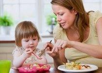 ¿Está tu niño bien alimentado? ¿qué necesita para crecer de forma saludable? Lee cuáles son los nutrientes que necesitan los niños de 1 a 3 años de edad, y qué alimentos se los proporcionan.     Lee también cuáles son los 10 nutrientes que no deben faltar en la dieta de tu niño y cómo llenar la despensa con comida sana.