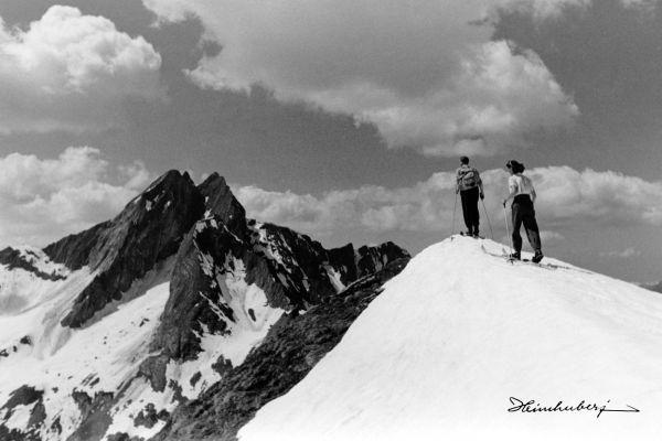 Einmaliges historisches Bild von Skitourgängern mit Blick zur Höfats auf…