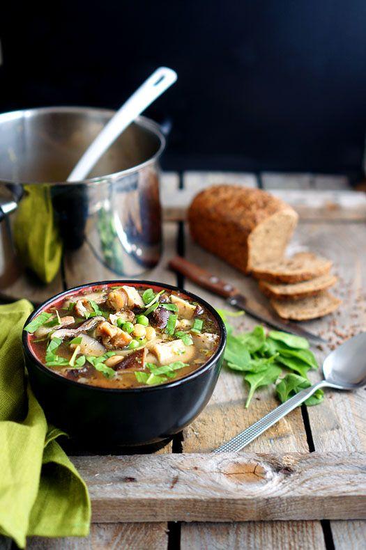 Пройдемся по горячим блюдам! Нашёл очень неплохой и безумно быстрый рецепт грибного супа.  Для начала нужно замочить грибы в воде. Не лейте слишком много - то�…