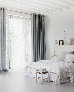 Wit, grijs bed.
