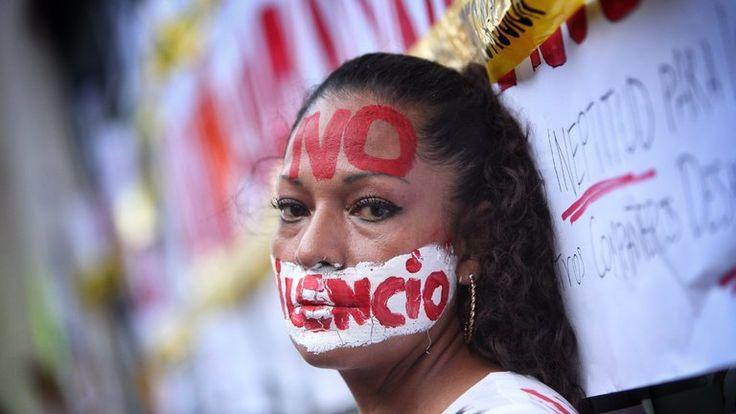 El espionaje contra los periodistas en México es la evolución más reciente de formas de intimidación que llevan décadas. Ante la falta de protección efectiva, los periodistas mexicanos han decidido organizarse para informar a los ciudadanos sobre los ataques contra su derecho a la libertad de expresión.