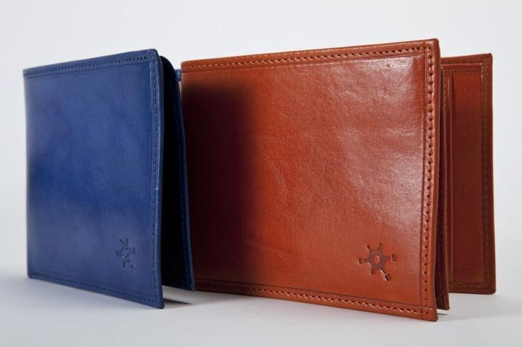 Tamponato Grande - Design semplice per un accessorio unico, disponibile nei colori arancione e blu. E' dotato di ampio portadocumenti con doppio porta carte e doppio scomparto per banconote interno. #portafogli
