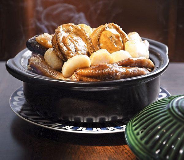 禮賓傅煲  在預先熬製的上湯中加入花膠、鮑魚、海參和鵝掌以文火燉煮,用料矜貴,一打開煲蓋鮮味撲鼻而至,湯底濃郁,是矜貴的粵式煲仔菜之最。