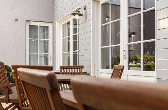 *PIERRET REALISATIE* - Fijne kruishouten en witte tonen geeft aan uw ramen een licht pastorij stijl. Donkere meubels passen ook altijd goed bij.