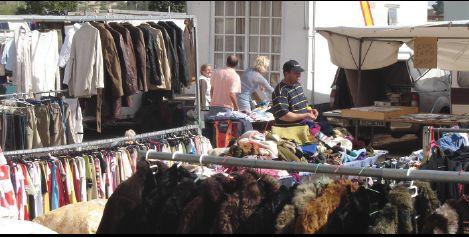 """De som ikke er blitt veldig kjent i Spania, som kanskje besøker landet tidvis, som for eksempel nå i løpet av sommeren, kjenner kanskje ikke begrepet """"Rastro"""". Det dreier seg om et marked, gjerne i utkanten eller utenfor byen eller landsbyen, eller kanskje midt på torget?  http://www.spania24.no/rastro-bruktmarked-i-guardamar-spania/"""
