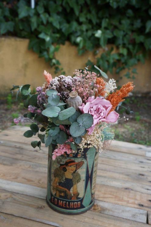 Bote antiguo de café con flores secas y preservadas