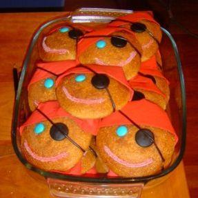 eggbread/cookie pirat Check http://www.mamaweetjes.nl/tips-trics/school-traktatie-maken-de-26-leukste-ideeen/ voor meer traktatie ideeën!