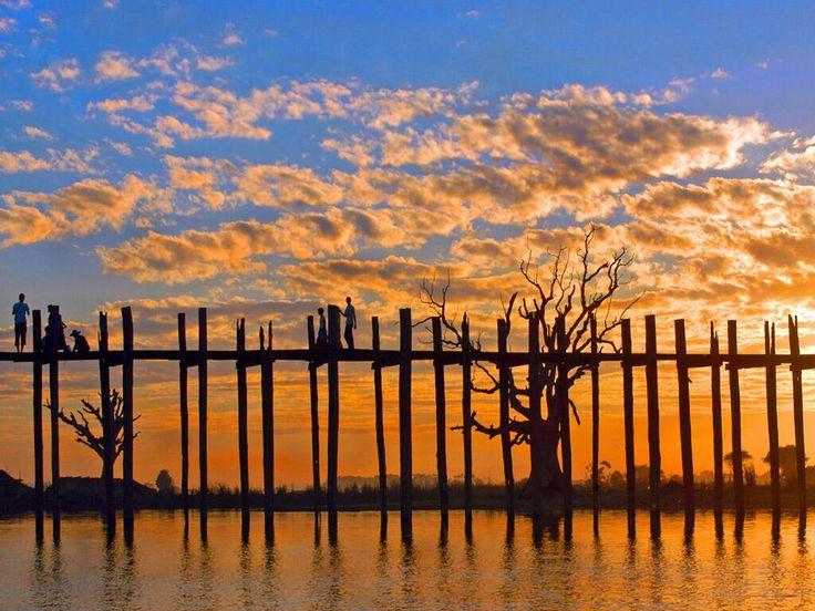 ミャンマー北部の古都アマラプラの東の郊外にある、タウンタマン湖をまたいで架かる全長1.2kmの木の橋 ウーベイン橋(U Bein Bridge)。世界最長の木造の歩道橋。