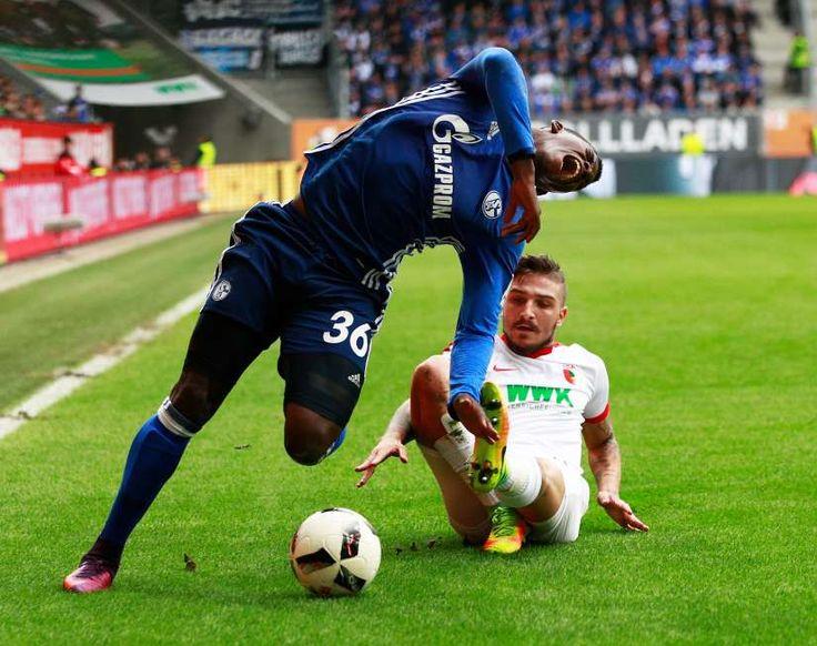 Breel Embolo nach üblem Foul schwer verletzt im Spital !! Der Schalke-Stürmer hat sich im Spiel gegen Augsburg das Sprunggelenk gebrochen !! 15-Okt-16
