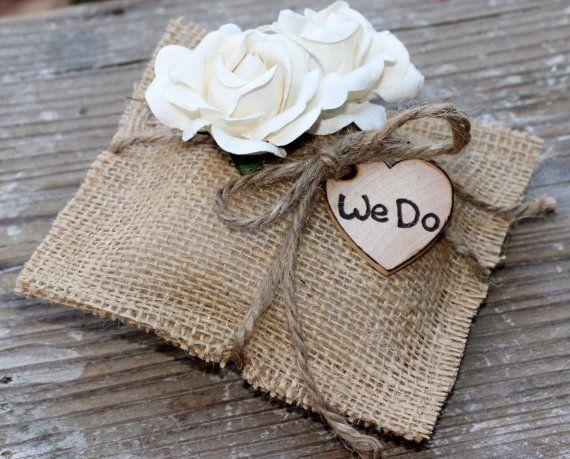 ♥ Bezoek voor mijn huidige doorlooptijden, scheepvaart en beleid ♥ https://www.etsy.com/shop/MichelesCottage/policy?ref=shopinfo_policies_leftnav Oh zo mooi! Dit is een jute ring aan toonder kussen gezegend met 2 crème papier rozen, een houten hart gepersonaliseerd We Do, en gebonden met een dik jute boog. Zo schattig voor uw rustieke, shabby chique bruiloft. KAN IK BLOEM UIT MIJN WINKEL MET DIT KUSSEN. WENST U EEN ANDERE BLOEM AAN EEN BLOEMENMEISJE MAND DIE U K...