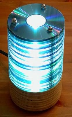 Reusing old CD:s for a nice lamp.... nice idea. Who needs them with anymore anyway. They have become the 'tapes' :)