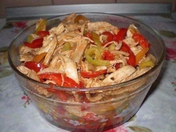 """Ингредиенты: 1 куриная грудка 2-3 шт болгарских сладких перцев (красивее если разноцветный) 1 большая луковица растит. масло, уксус, соль, 0,5 ч л красный горький и 1/3 ч л черный молотые перцы, 1 ст л приправы для корейской моркови (острая), 1 ст. л. томатной пасты (пропорции приправ написала приблизительно-я делаю """";на глаз"""";-все зависит насколько вам нравится остренькое) Приготовление: Грудку отварить и остудить. (В оригинале мясо не варится, но как то я не рискую свое семейство сырой…"""
