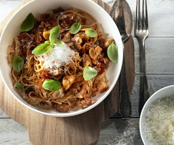 Chi non ama la deliziosa ragusaus da Bologna? Purtroppo non sempre abbiamo il tempo per una pentola per cuocere la salsa ore sul fuoco. Quindi questo piatto una scorciatoia comoda, con un sacco di verdure per un pasto delizioso e sano. Lasciate che i sapori!