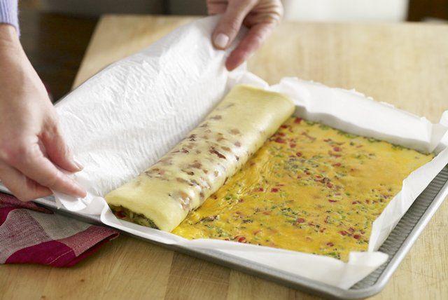 Comme les œufs sont habituellement vendus à bas prix pendant la période de Pâques, ce roulé est un plat abordable lors d'un brunch printanier.