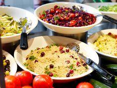 Er staan altijd een stuk of 5 samengestelde #salades, zoals #couscous-, #pasta of #aard-appel (tonijn) #salade. Maar ook voor een nieuw experimenten met lekker veel groenten en kruiden draait La Place haar hand niet om. #laplace #vers