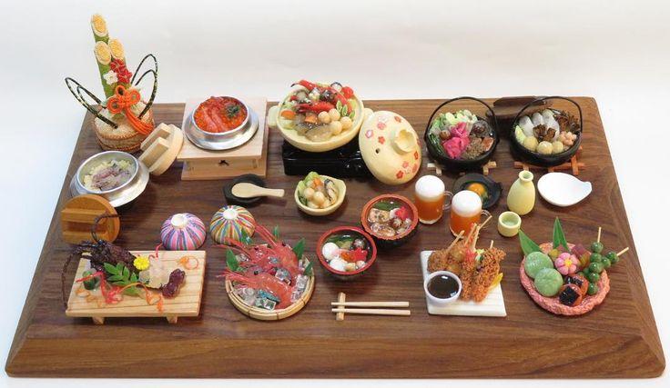 . みんなでワイワイ新年会🎍. 今年初のミニチュア作品です😋✨. 本年もさもあれ食堂をよろしくお願いします😊💕. #ミニチュアフード #フェイクフード #食品サンプル #ハンドメイド #handmade #cute #food #miniature #樹脂粘土 #minne #miniaturefood #diner #restaurant #食堂 #cafeteria #ミンネ #伊勢海老 #ボタンエビ #串かつ #すき焼き #きりたんぽ鍋 #鯛釜飯 #カニとイクラの釜飯 #雑煮 #寄せ鍋 #和菓子 #ビール #日本酒
