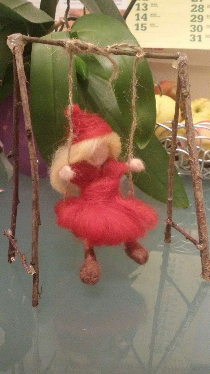 bambola in altalena, lana cardata