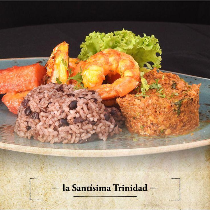 Redimamos cualquier falta en nombre de La Santísima Trinidad. Salpicón de pescado, con langostinos, arroz de frijol negro, plátanos en tentación y ensalada de la casa.  #RestauranteElSantísimo #Cartagena #Sabor #Caribe #Langostinos #Yummy