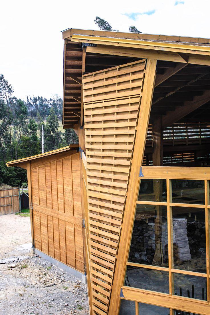 Detalle exterior fachada frontal Bodega producción Taller de Ensamble #woodarchitecture #wood #madera #casasenmadera #arquitecturaenmadera http://www.tallerdensamble.com