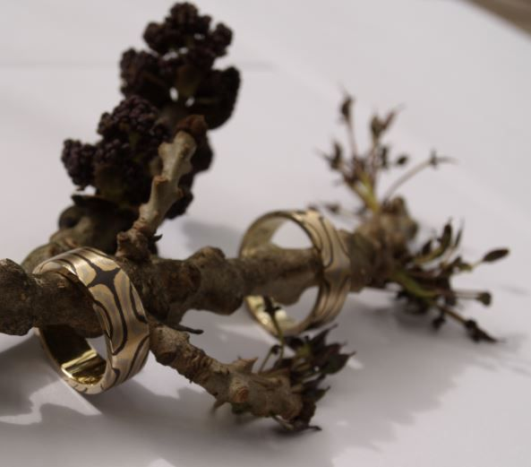 Trouwringen gemaakt van Mokume-gane (Shakudo, 14kt.witgoud en 18 kt. geelgoud.